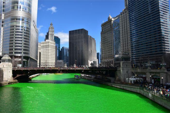 セントパトリックデーのシカゴ川が緑色