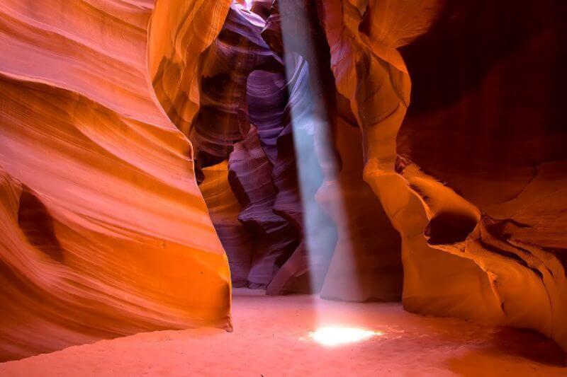 冬のアンテロープキャニオン光のビーム